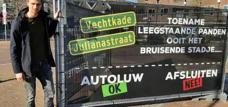 Ondernemers protesteren met spandoeken tegen autopesterij: 'Bruisend Ommen wordt spookstad'