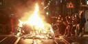 Betogers bekogelden agenten en stichtten brand in onder meer een naburige politiepost.