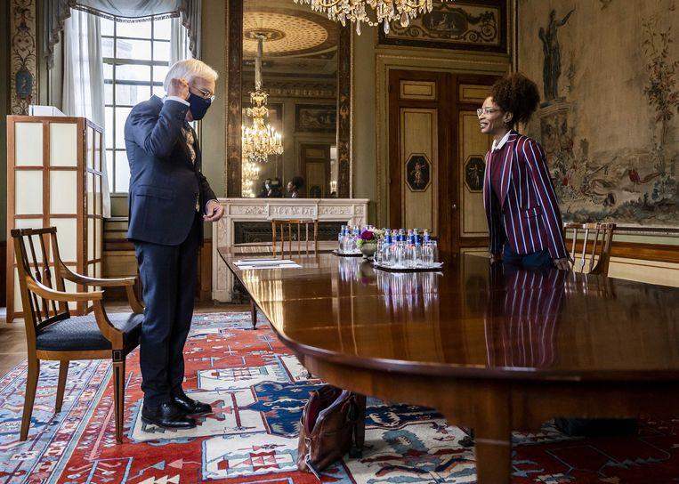 Sylvana Simons (BIJ1) wordt ontvangen door informateur Herman Tjeenk Willink (PvdA).  Dinsdag bezoekt ze Tjeenk Willink opnieuw. Beeld ANP