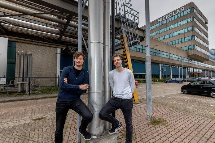 Luuk (links) en Rik Visser van Microlab voor het hippe bedrijvenverzamelgebouw met ambachtelijke ateliers en kantoren aan de Kastanjelaan op Strijp-S in Eindhoven.