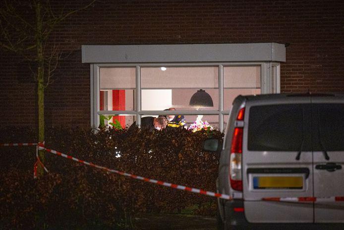 Politie in het huis waar de overval plaatsvond.