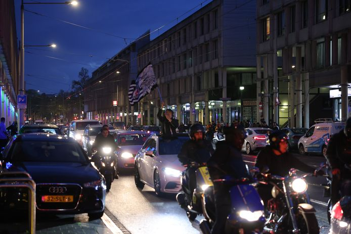 Supporters gaan de straat op in de Haagse Schilderswijk nadat voetbalploeg Besiktas heeft gewonnen.