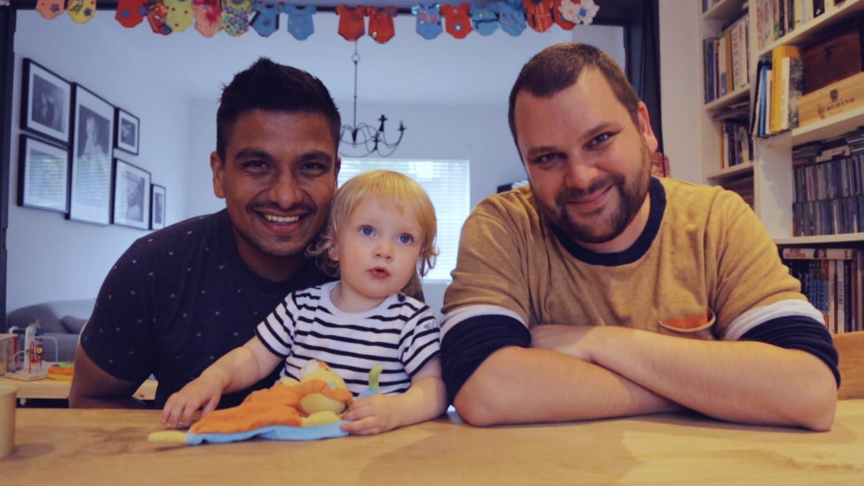 Michel en Tobias met hun dochtertje: 'We wisten: nú is het voor altijd.' Beeld Dries Vermeulen