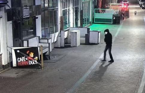 Videobeelden van de man die in januari 2020 een granaat plaatste bij café Bruut. De man die hiervan verdacht wordt komt voor de rechter.