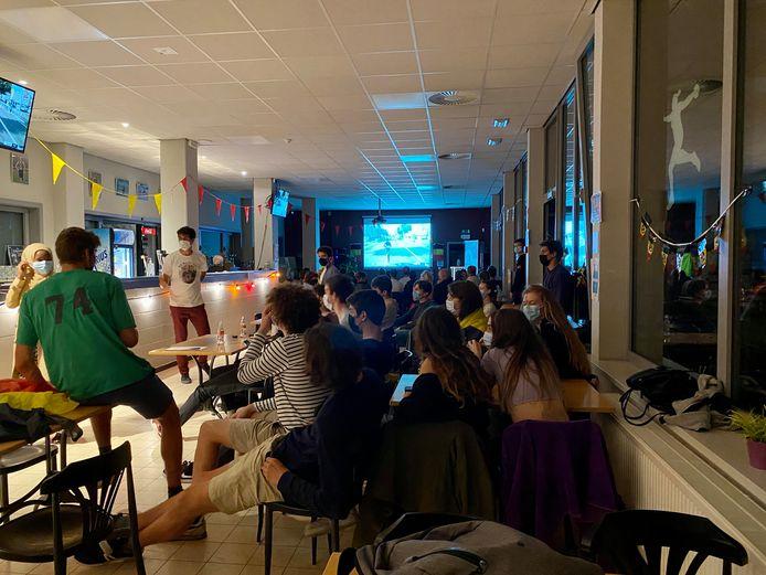 Heel wat fans verzamelden in de cafetaria van KRC Gent om Bashir aan te moedigen tijdens de marathon.