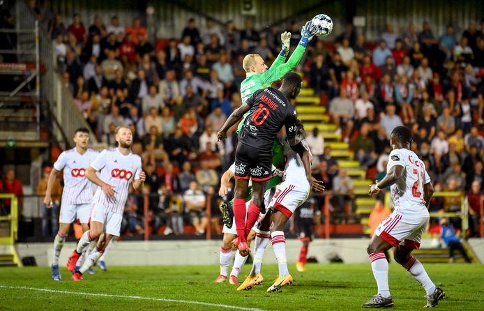 Arnaud Bodart slaagt een hoge bal weg.
