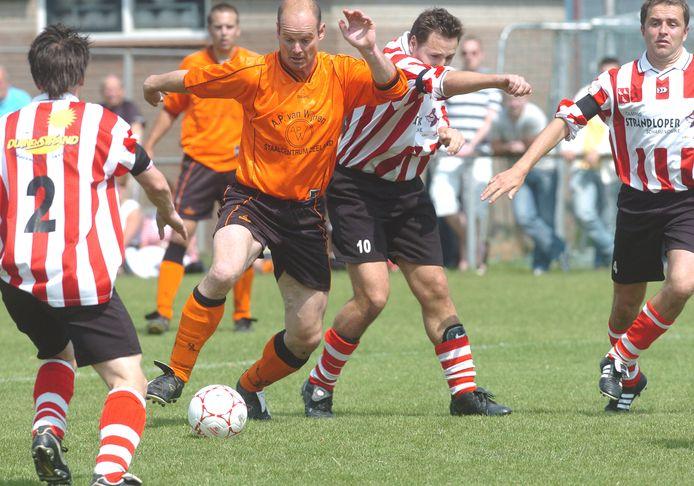 Wilfred van den Dries (oranje shirt) namens Wolfaartsdijk in actie tegen ZSC'62.