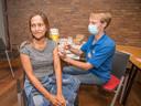 De Filipijnse Alice Revilla, net een week in Nederland krijgt haar vaccinatie.
