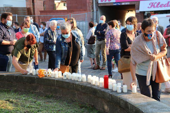 Een 150-tal personen kwamen kaarsen neerzetten voor het monument.