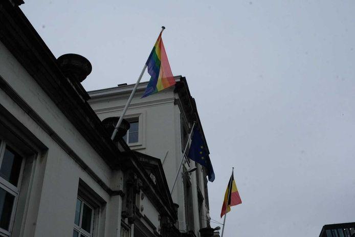 Regenboogvlag wappert in de Wetstraat als teken van steun na de moord op David P. (42).