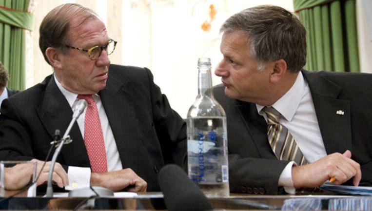 Commissaris van de Koningin Harry Borghouts (L) in gesprek met gedeputeerde Ton Hooijmaijers, die Financien in zijn portefeuille heeft, woensdag op een persconferentie in Haarlem. Foto ANP Beeld