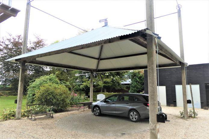 De opgeknapte parapluhooiberg is nu een parkeerplaats voor de bed and breakfast aan het Braakven in Berlicum.