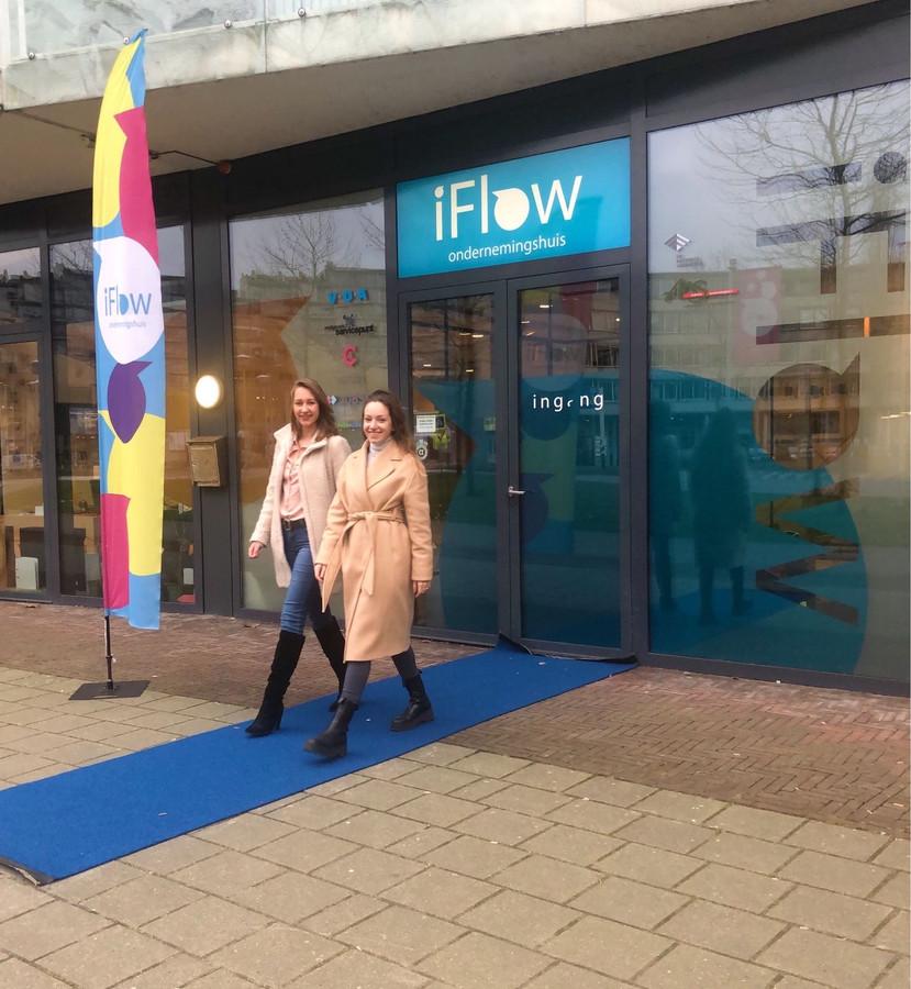 Cristina Anoaica (rechts) lanceert V-STUD in iFlow Alphen, geholpen door medestudente Céline Strijker.