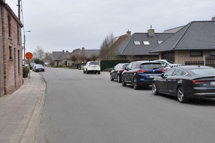 De Grote Heerweg tussen Beveren-Leie en Desselgem. Rechts komen er parkeervakken, aan beide zijden ook een fietssuggestiestrook.