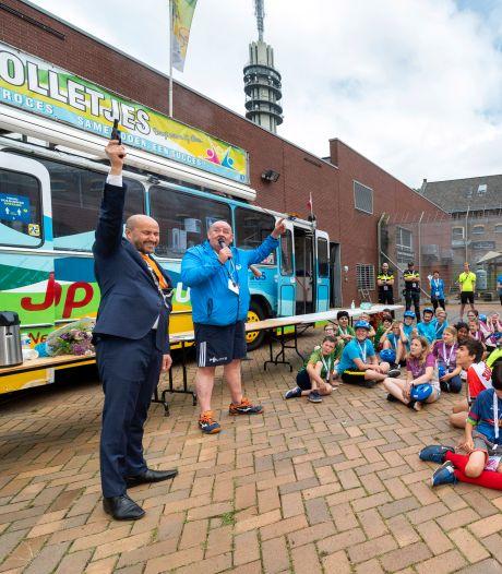 Jubileumeditie van Ome Joop's Tour eindelijk gestart: mét een lintje voor vrijwilliger en politieman Frank