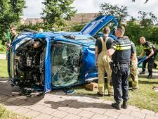 Auto rijdt lantaarnpaal uit de grond in Westervoort, man gewond