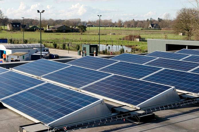 Een van de concrete duurzame projecten in gemeente Haaren is op de gemeentewerf te vinden: de zonnepanelen staan daar in slagorde opgesteld.
