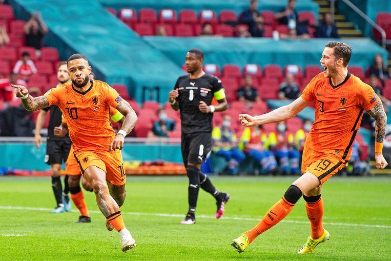 Mephis Depay schoot Oranje met een penalty naar een 1-0 voorsprong op Oostenrijk.  Beeld Guus Dubbelman / de Volkskrant