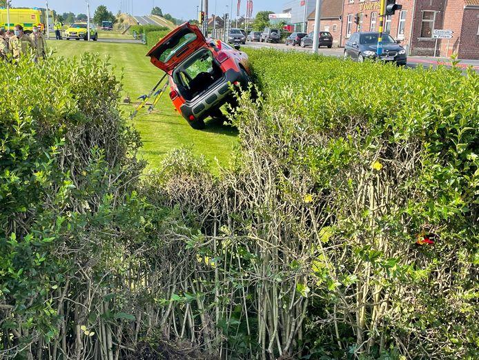 De oranje Citroën C3 kwam schuin op de haag in de voortuin van Neon Elite in Pittem terecht.