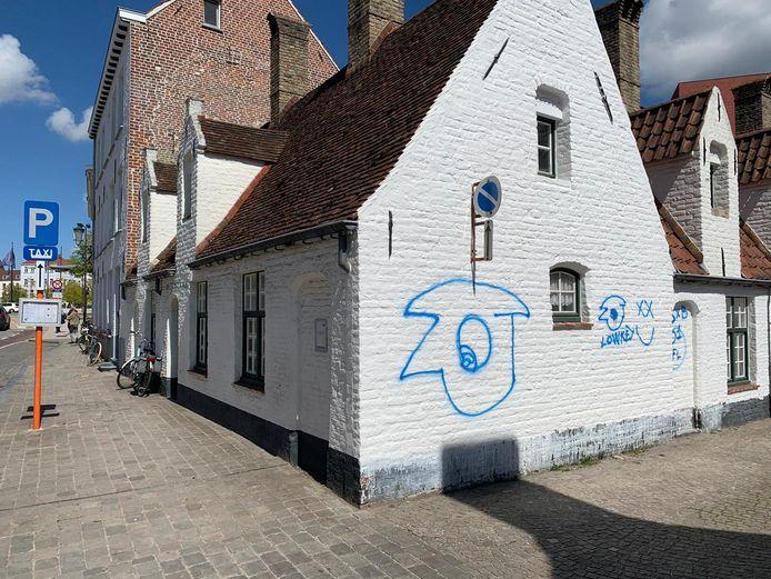 Ook in de Boeveriestraat werd een paar dagen geleden al een gevel met graffiti bewerkt.