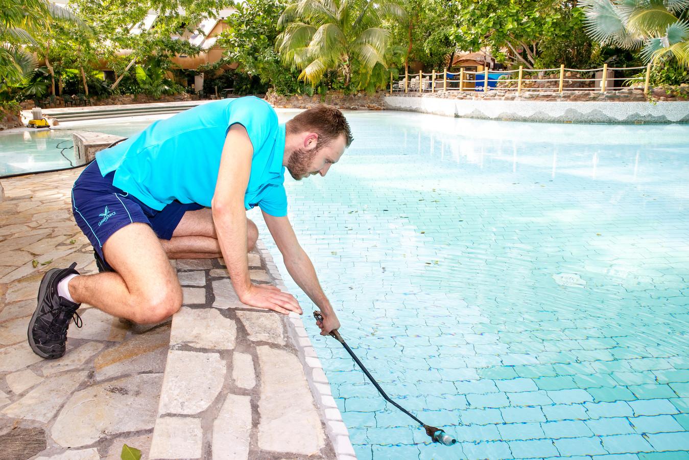 Controle van het water in het zwembad van de Kempervennen.