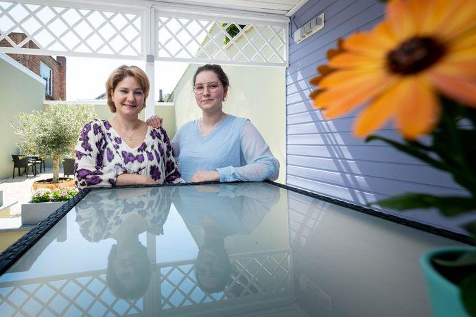 Moeder Alexandra Goedhart en dochter Mathaika Druyts openen tearoom Latthée in de Antwerpsestraat. Hier een blik op hun tuinterras.