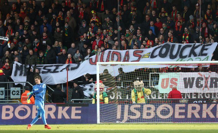 """De spandoeken in het vak met fans van KV Oostende logen er niet om: """"Judas Coucke""""."""