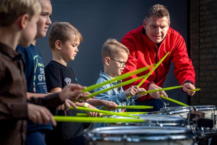 De jongens kozen voor krachtige instrumenten zoals de trommel.