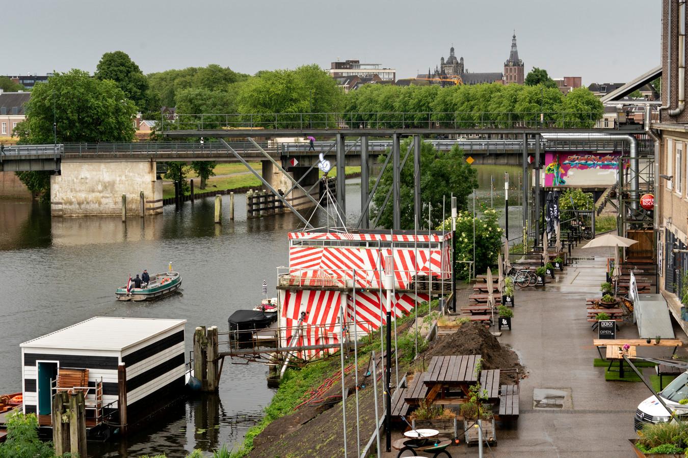De hoge Diezebrug die vervangen moet worden door een lage brug.