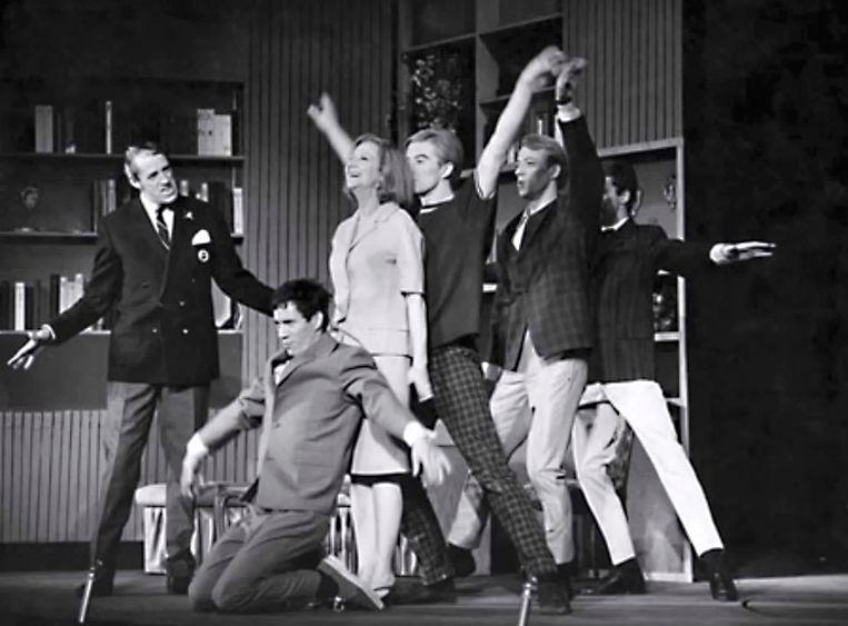 Scène uit 'Heerlijk duurt het langst' in het nieuwe de la Mar theater in 1965.  Beeld