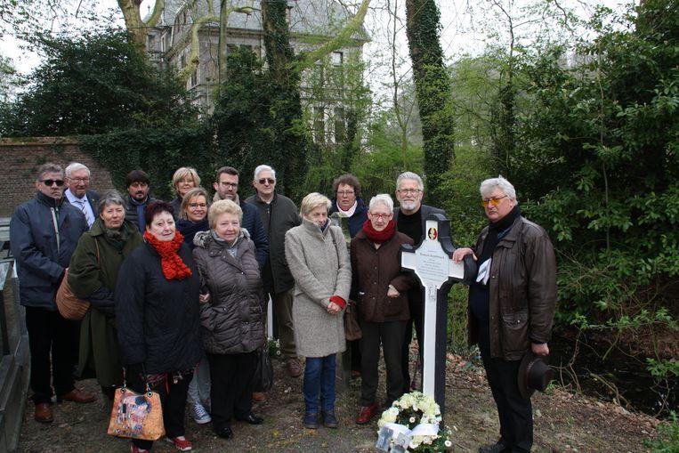 De Slag van Merkem is herdacht met het nodige eerbetoon. De familie Slembrouck bij het gedenkkruis voor Romain Slembrouck. Herman staat uiterst rechts.