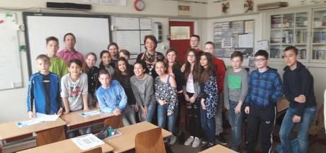 Burgemeester Helmond geeft gastles op basisschool De Rank tijdens 'week van het geld'