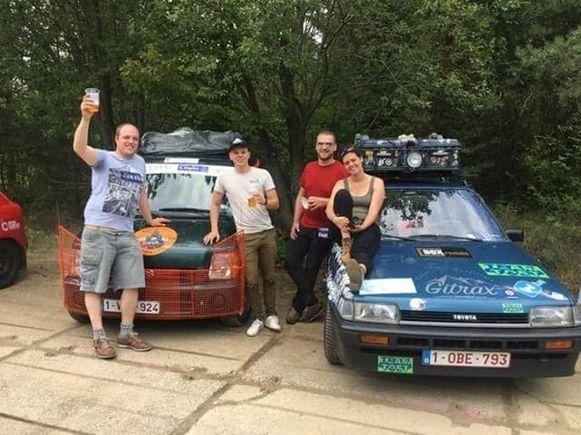 In Praag start de Mongol Rally officieel: Niels, Cyriel en Lucas maken alvast kennis met de andere teams.