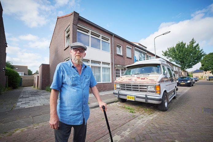 Peter de Vaan ligt in de clinch met de gemeente Oss vanwege het plaatsen van de kliko's voor zijn parkeerplaats.