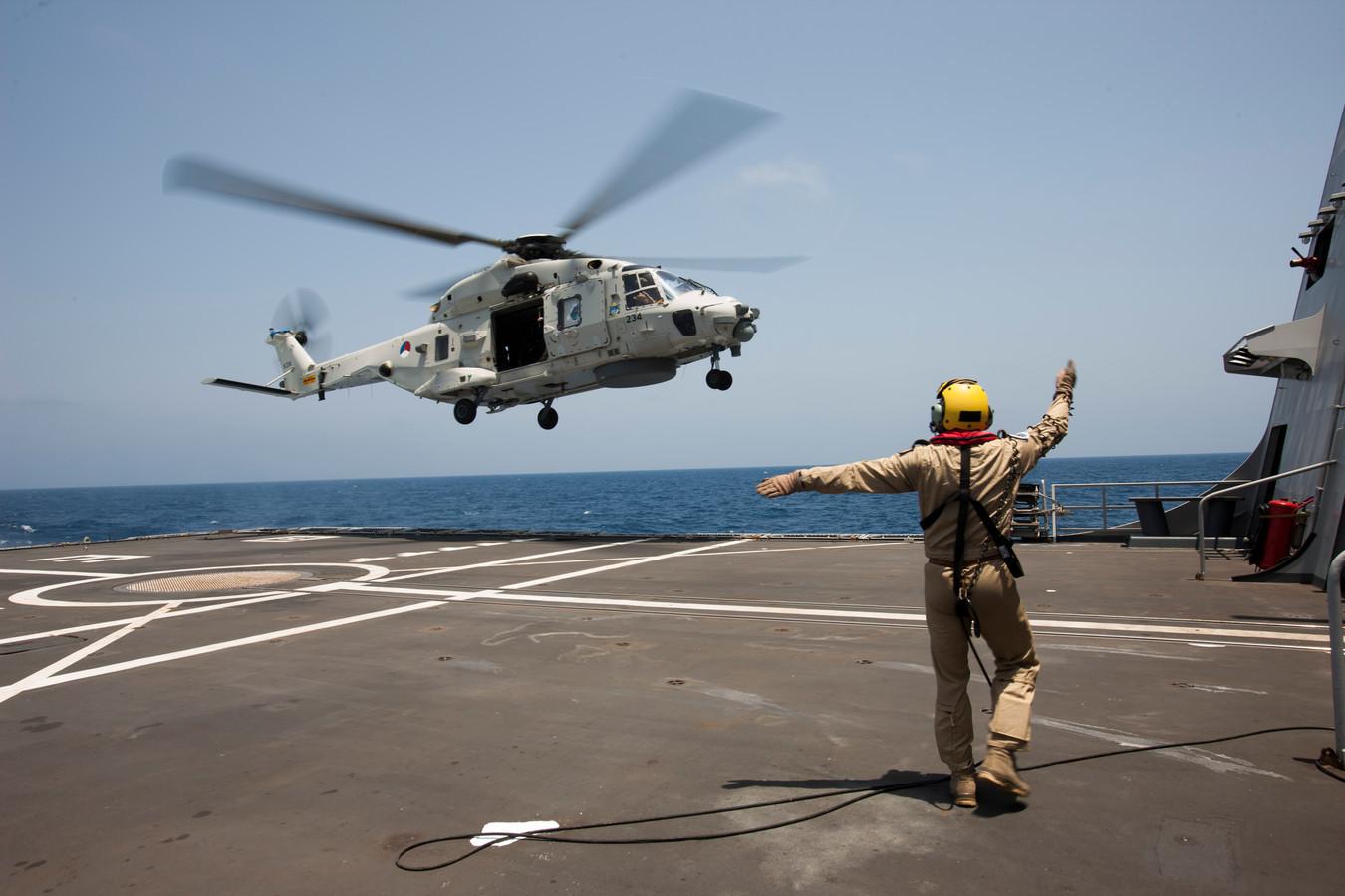 Een NH90 helikopter traint een deklanding.