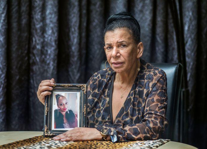 De NederlandseJulie Hari met een foto van haar dochter Sharida Tuinfort.  Sharida is overleden na een cosmetische behandeling in Turkije.