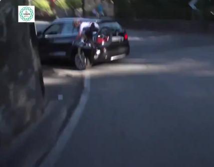 Val van Schachmann tegen een auto.
