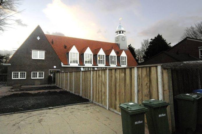Het oude kerkje met op de voorgrond de nog aan te leggen parkeerplaatsen