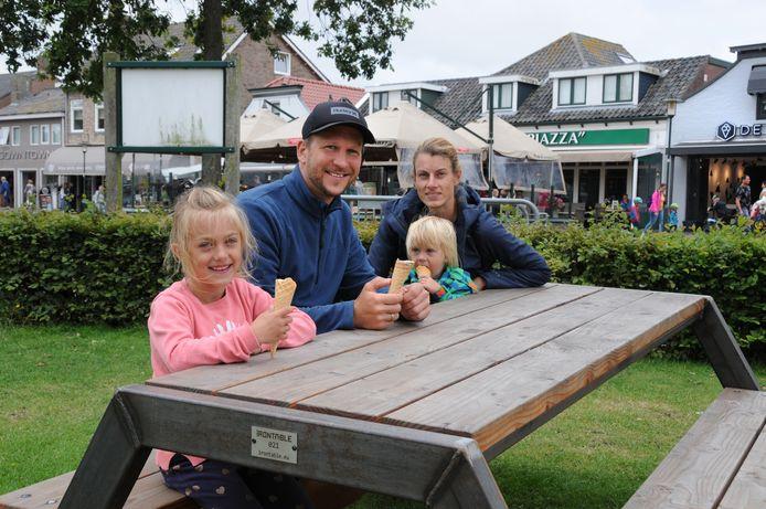 Andre en Julia Wersing zijn met hun kinderen Lina (links) en Leonard neergestreken op één van de picknicktafels bij de kerk.