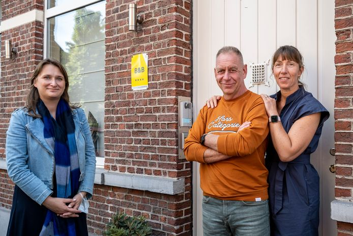 Valerie Thoen en Marc Droessaert kregen in hun B&B bezoek van Leentje Grillaert, voorzitter Toerisme Vlaanderen, om de ondersteuning te ontvangen.