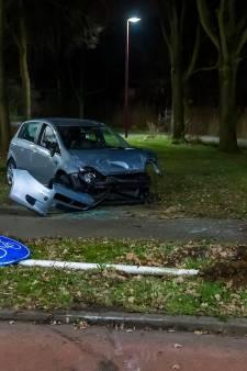 Opnieuw stuitert auto over rotonde in Oss