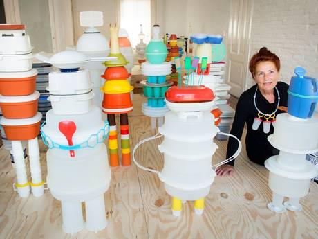 Nijmeegse kunstenares maakt vrolijke 'stad' van Tupperware