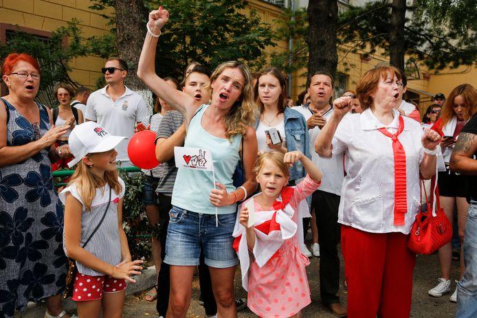 Mensen demonstreren in Minsk. Sinds de verkiezingen, die Loekasjenko zegt te hebben gewonnen, is het onrustig in het land.