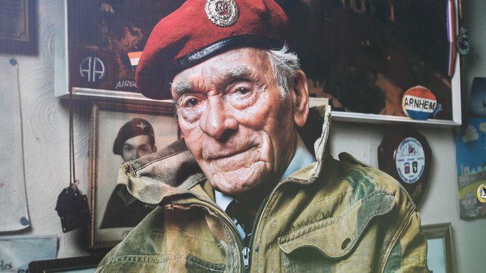 Close up van de foto die Richard Jopson maakte van Tom Hicks zoals te zien op een tentoonstelling bij het Airborne Museum Hartenstein in Oosterbeek in 2019 en later in het centrum van Arnhem.