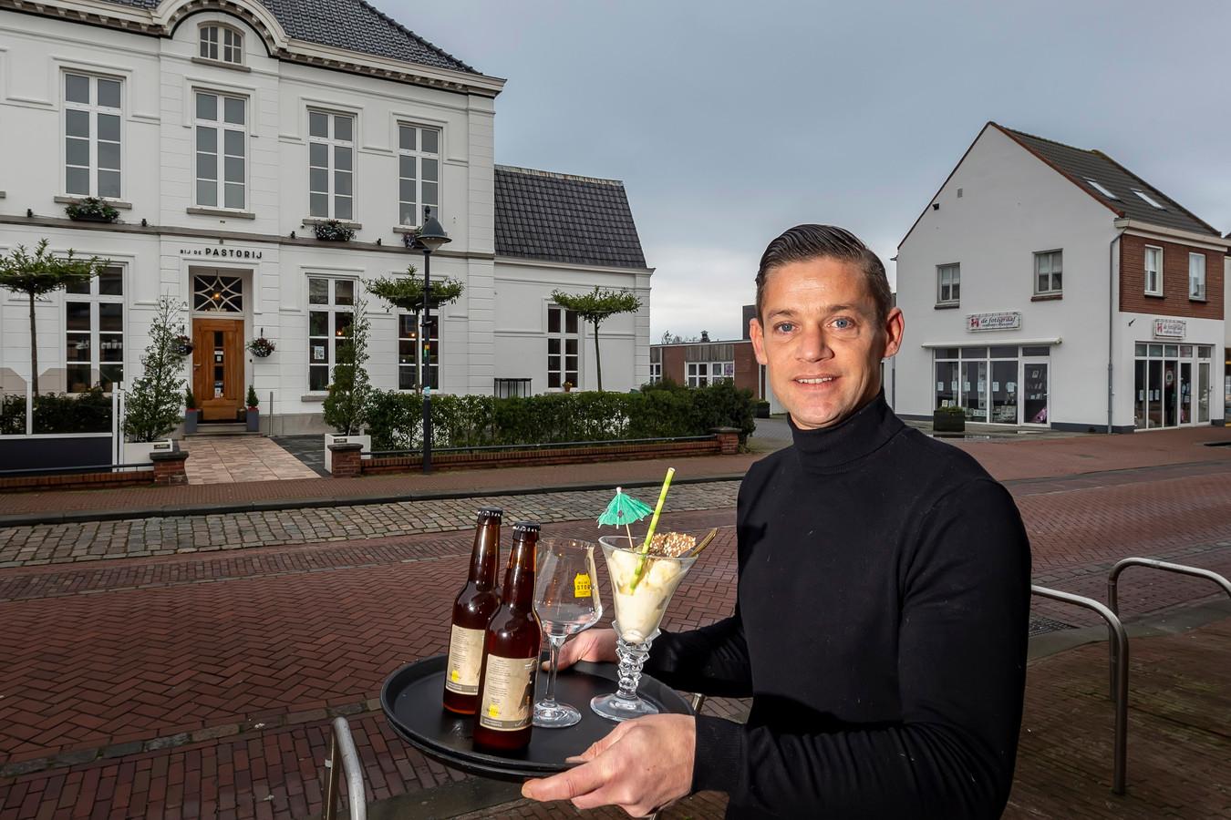 Ruud de Weert runt restaurant Bij de Pastorij in de Raadhuisstraat in Hoogerheide. In april begint hij in het pand naast hem, waar nu nog een fotozaak in zit, met ijssalon Pastorijs.