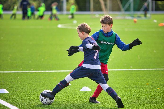 Jeugdvoetbaldagen bij voetbalvereniging SCO in Oosterhout. Onder toezicht van externe trainers werd in verschillende groepen een trainingsprogramma afgewerkt.
