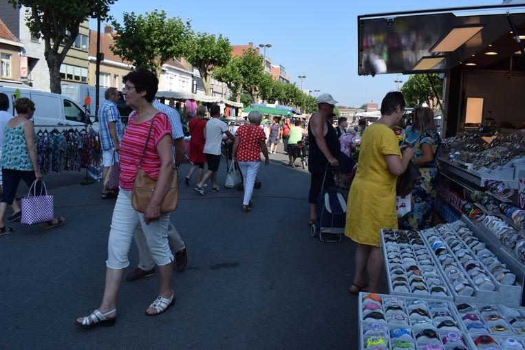 Het was gezellig druk tussen de kramen op de maandagmarkt in Zelzate.
