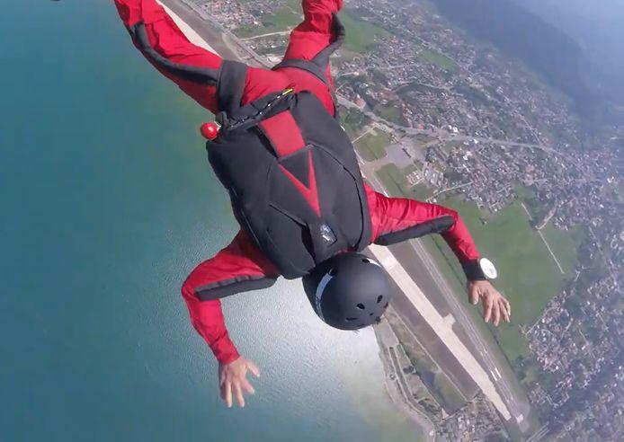 Un moniteur de chute libre sauve un élève incapable d'ouvrir son parachute.