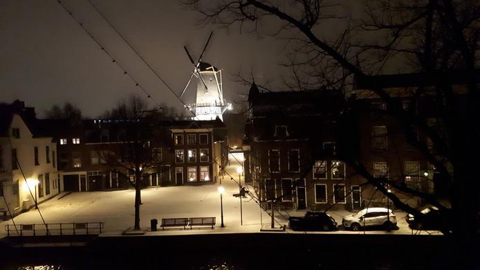 De molen, lichtjes en sneeuw. Een idyllisch tafereel in Schiedam.