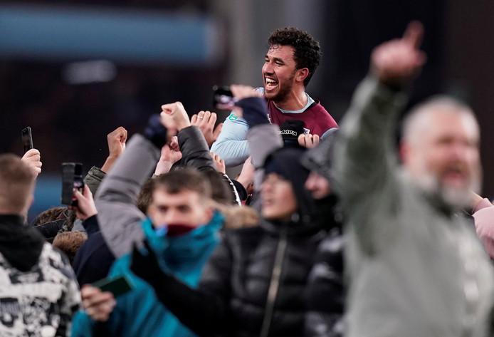 Matchwinner Trezeguet gaat na het laatste fluitsignaal direct op de schouders van de Villa-fans.